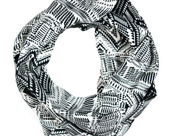 "Inifinity Scarf. ""Black or White"""