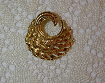Vintage Monet Brooch Pin, Goldtone