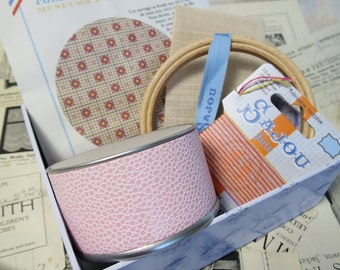 Sajou Gift Box Museum & Heritage Toile du Jouy Embroidery Kit- Pink Mignionnette Ditsy Print Pot