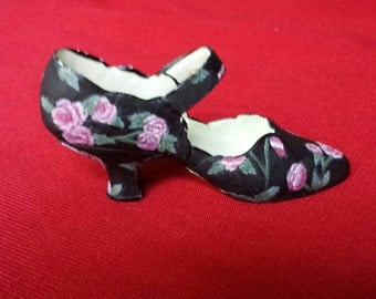 NOSTALGIA - If The Shoe Fits - Black shoes with pink flowers