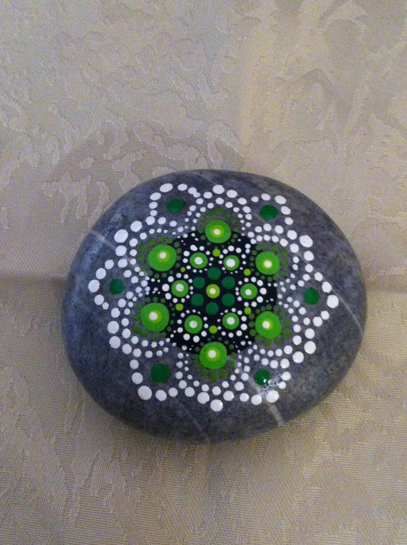 Mandala stone hand painted heart chakra for Pintura sobre piedras