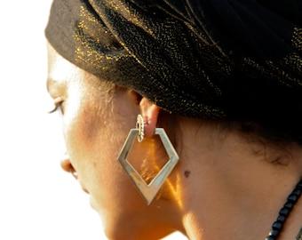 Geometric earring for flash tunnels