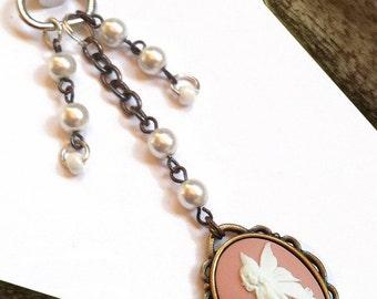 bijou de sac fée cabochon camée rose blanc