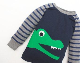Jungen Schlafanzug, Pyjama Jungs mit Applikation Krokodil, 100% Bio-Baumwolle beige-weiß gestreift, Schlafanzug Langarm Junge