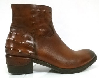 Cognac-coloured leather BOOTIES