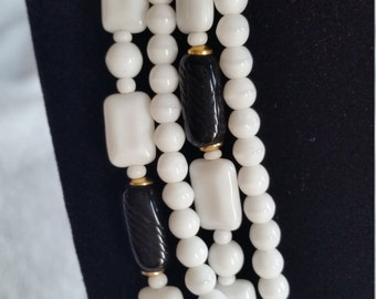 Stunning 1960s black and white vintage milk glass bead necklace