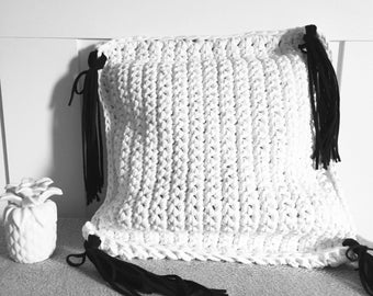 XXL hook, white cushion and tassels black T-shirt wire recycled