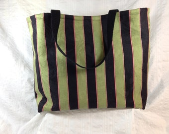 Tote bag with two interior pockets and key ring lever.