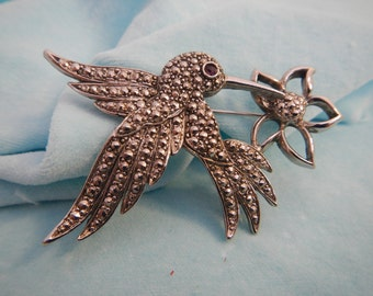 "Hummingbird brooch , signed ""Avon"", Vintage."