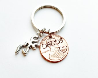 Personalized Daddy Hand Stamped Penny Keychain with Deer Charm, Hand Stamped Deer Keychain, Whitetail charm, hunting keychain, Dad valentine