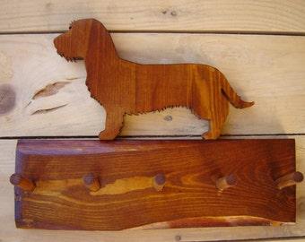 Porta guinzagli da parete con sagoma di Bassotto Tedesco Dachsund in legno riciclato grezzo