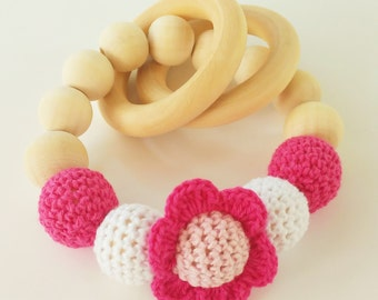 Mordedor de madera con flor ROSA -Sonajero-Wooden teether-Pink Baby Rattle-Teething toys-Flores de crochet-Crocheted flower beads-Baby gifts