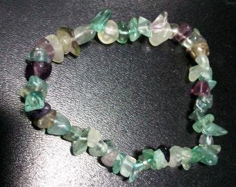 Green and violet fluorite chips bracelet