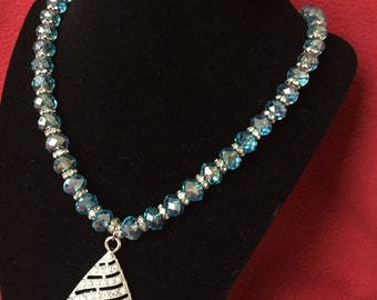 Super sparkly necklace with even an more sparkly pendant