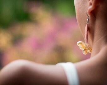 Bijou en origami. Boucles d'oreilles en origami Crab & Cluster Pearls fond orange et blanc avec grappe de perles. Fait-main.