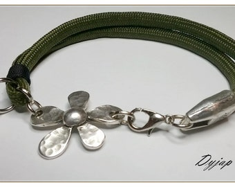 Bracelet of green paracord, with Baroque flower of zamak and green Crystal