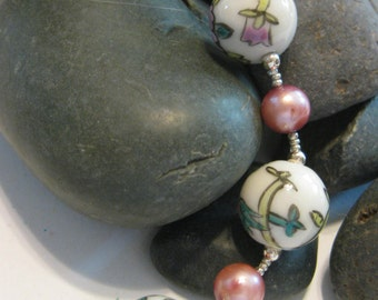 Rose pearl and painted glass bead bracelet