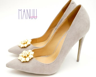 Cream flowers with zircons - Shoe clips Manuu, Shoe jewelry, Wedding  shoe clips, Bridal shoe clips