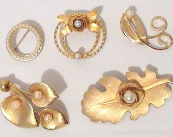 Ladies brooch lot, Vintage goldtone brooches, Costume jewelry, Assorted pins, Blue Lady Ellen storage box