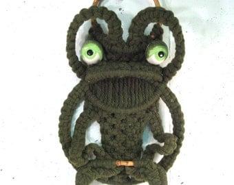Vintage Macrame frog towel holder, kitsch bathroom decor, bamboo detail