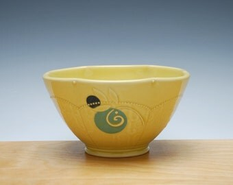 Bowl in Buttercup gloss w. Sky & navy blue polka dots and Leaf swirl, Serving / dinnerware