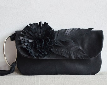 Lederclutch in Schwarz mit Blume