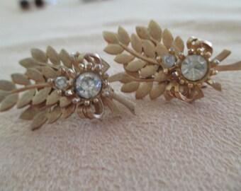vintage costume jewelry  / SARAH COV  rhinestone leef clip on earrings