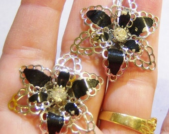 vintage silver tone with black with rhinestone in the middle flower screw on or screw back earrings 615B