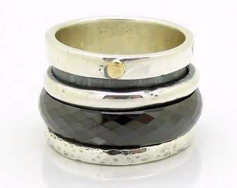 Large spinner ring with a black ceramic spinner and a gold dot