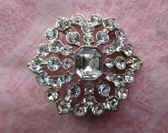Beautiful vintage crystal rhinestone Monet silver tone floral design brooch pin. Lot of 1 pin brooch.