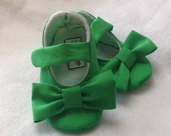READY TO SHIP...3-6 Month, Green Baby Girl Shoes with bows