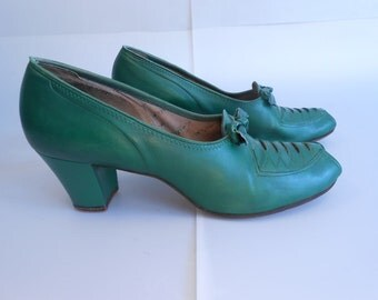 As It All Winds Down - Vintage 1940s Emerald Green Leather Peep Toe Faux Lace Up Shoes - 7/7.5
