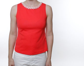 Vintage 60's fitted sleeveless top, red-orange color, embroidered daisy applique neckline, zips up the back, fitted shape with darts - Small