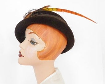 Vintage tilt derby hat, brown with feathers, 1940s Peachbloom