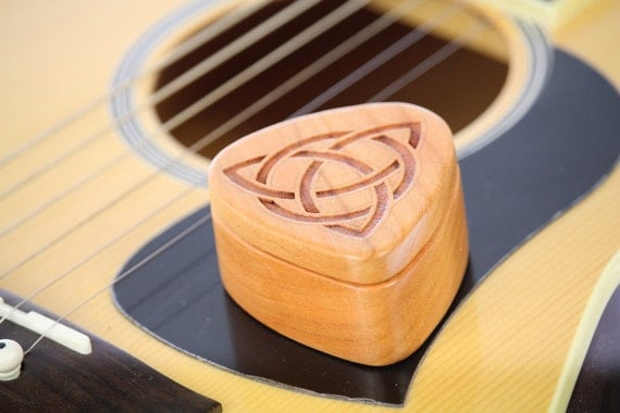 Guitar Pick Box, Celtic Trinity Knot, Pattern G6 deep, Solid Cherrywood, Laser Engraved, Paul Szewc