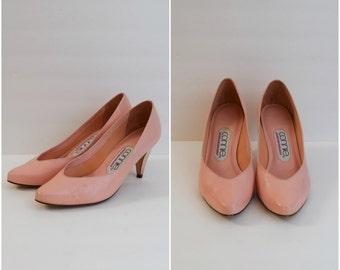 Vintage coral pink pumps / retro leather heels