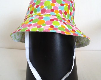 Bucket hat reversible in multicolor polka dots and star/heart pattern