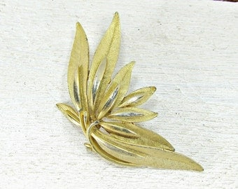 Vintage Brooch Pin, Fall Leaf Brooch, Autumn Leaf Brooch, Gold Leaf Brooch, Woodland Jewelry, 1970s Vintage Jewelry, Gift for Mom Grandma