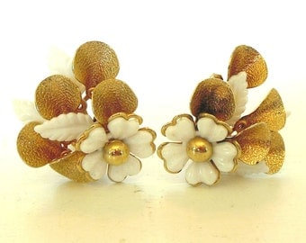 Vintage Clip Earrings Flowers Gold White Plastic 50's (item 193)
