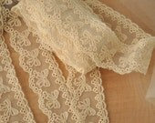 5 yards Lovely Cotton lace trim in beige with bows
