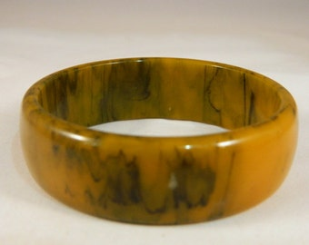 Tan and Black Marbled Bakelite Bangle / Vintage 1960s Bangle / Chunky Wide Bracelet / Large Bangle