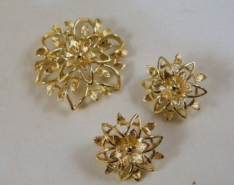 Vintage Sarah Coventry Gold Flower Brooch and Earrings Set / Goldtone 1970s Clip Earrings in the Original Box New Old Stock Vintage Jewelry