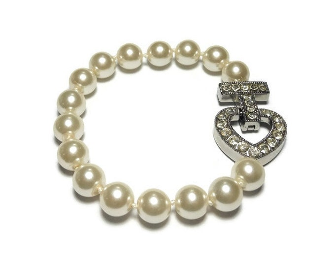 FREE SHIPPING Pearl wedding bracelet, creamy white hand tied glass pearls with a rhinestone heart, silver plated magnetic clasp vintage