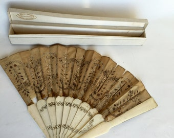Antique French Victorian Fan with his box To be restored.