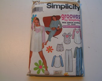 Simplicity Pattern 9475 includes extended sizes Juniors Sleepwear