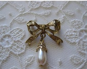 ON SALE vintage. BROOCH. pin. Bow. gold tone. Pearl. 1980s.