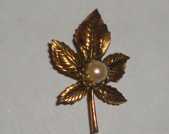 Petite gold tone leaf brooch*