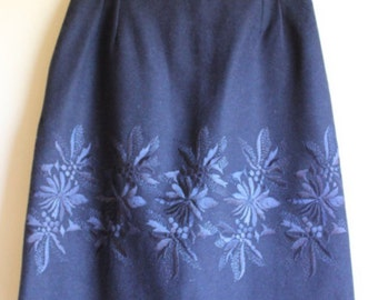 Excellent Embroidered Wool Skirt ||| 1950s ||| Size 4/6