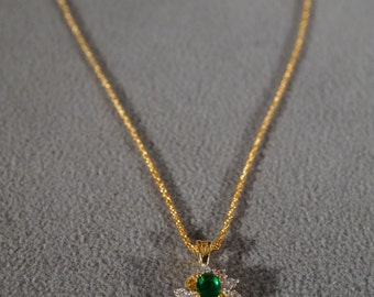Vintage Traditional Style Yellow Gold Tone Faux Emerald Rhinestone Pendant Necklace Jewelry    K#58