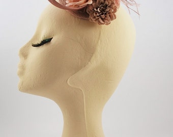ANÉIS: small headdress made by hand colored sinamay-based pink nude,